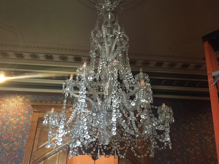 wadsworth-atheneum-goodwin-parlor-crystal-chandelier-pre-restoration
